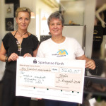 Goldschmiedemeisterin und Schmuckdesignerin Beatrice Müller (li) übergibt ihre Spende an Ute Fischer (re) von Medica Mondiale e.V.